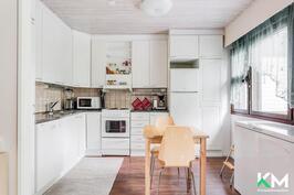 Näkymä olohuoneesta keittiöön.