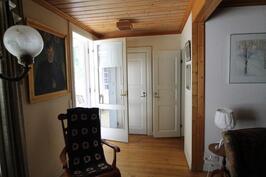 Työhuone/tv-huone josta käynti takapihan terassille sekä pesutiloihin ja muihin makuuhuoneisiin