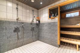 Pesuhuoneessa tuplasuihku