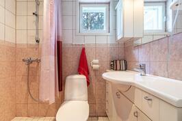 Päämakuuhuoneen oma wc ja suihku
