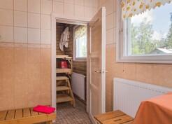 Kylpyhuoneessa ja saunassa isot ikkunat