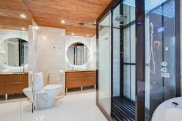 toisen kerroksen kylpyhuone