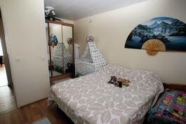 Makuuhuone 2:n vaatehuone muutettu alkoviksi