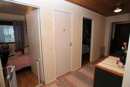 Olohuoneen ovelta eteiseen, makuuhuoneiden välissä vessa