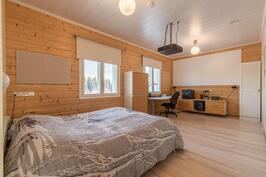 Isompi makuuhuone, jaettavissa kahdeksi omilla sisäänkäynneillään.