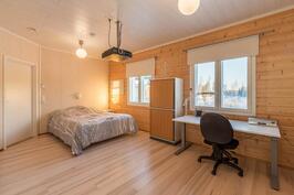 Isompi makuuhuone toiselta ovelta