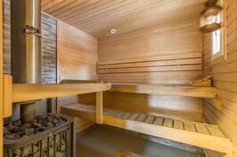 Tilava sauna kunnon kiukaalla ahkeralle saunojalle