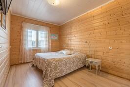 Pienempi makuuhuone, jossa myös tilaa