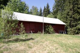 Naapurikiinteistö n 4000 m2 tontti, varasto kooltaan n 14,3 x 6,7 m, mahdollisuus ostaa.