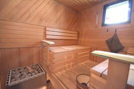 Tilava sauna jossa ikkuna