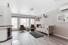 Kaunis vinyylilankkulattia olohuone ja makuuhuoneet