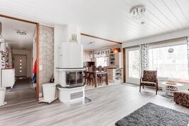 Avoin ja valoisa olohuone-keittiö yhdistelmä