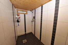Kylpyhuone kellarikerroksessa