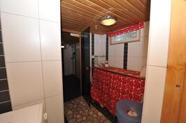 Pukuhuone/ kodinhoitohuone kellarikerroksessa