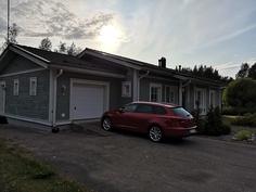Talon päädyssä autotalli sähköisellä nosto-ovella sekä varastotila omalla sisäänkäynnillä.