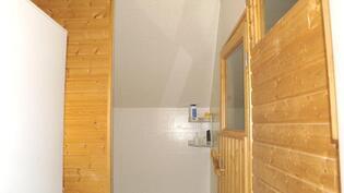 Yläkerrassa sauna,kph ja paikka pesukoneelle.