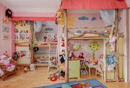 Lasten makuuhuone ja kauppaan kuuluva sänky