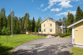 Sijainti on rauhallinen metsään rajoittuen/ Läget är skyddad och lugn med skog bakom