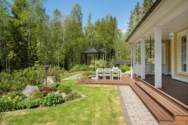 Upea, hoidettu puutarha talon ympärillä/ Härlig, välskött trädgård omringar huset