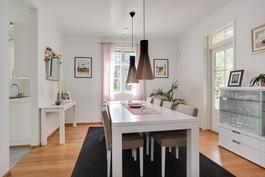 Ruokailutilaan mahtuu iso pöytä/ Det rymms ett stort bord i matsalen