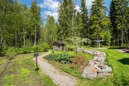 Hirsilato puuvajana ja puutarhavajana/ Stockladan fungerar som vedlider och trädgårdsskjul