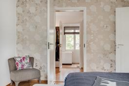 Walk-in closetin läpi kulku kylpyhuoneeseen/ Ingång till badrummet genom walk-in closet