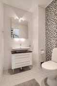 Alakerran erillinen wc/ Nedre våningens separat wc
