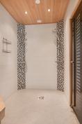 Saunan pesuhuoneessa kaksi suihkua/ På bastuavdelningen finns det två duschar