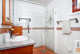 Makuu/työhuoneen yhteydessä kylpyhuone.