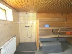 Kellarikerroksessa oleva sauna ja pesuhuone