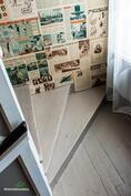 Portaikko on koristeltu vanhoilla sanoma ja aikakausilehdillä.