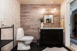 Yläkerran uusi moderni kylpyhuone
