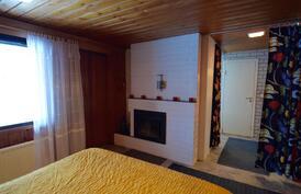 Takkahuoneesta käynti kodinhoitohuoneeseen sekä saunatiloihin.