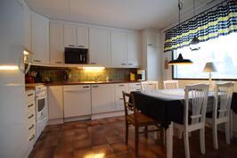 Kodikkaassa keittiössä on hyvin tilaa.