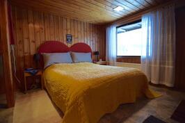 Alakerran takkahuone on makuuhuoneena nykyisellä omistajalla.