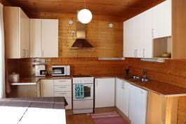 Keittiön kaapit uusittu 2000-luvulla.