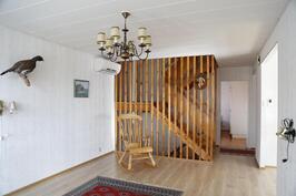 ...ja olohuoneen päässä on portaaat