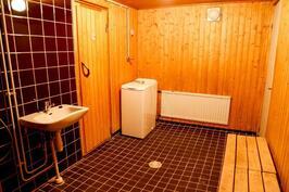 ja reilunkokoiset kylpyhuone...