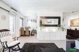 Iso olohuone yhdistyy keittiöön