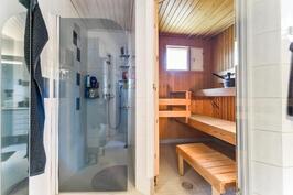 Kylpyhuone ja sauna / Badrum och bastu