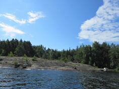 Kuvaa saunarannasta ja rantakallioista vapaan veden puolelta kuvattuna!