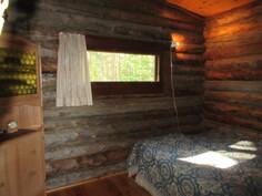 Kuvassa isompi makuuhuone. Kiinteistön kokonaissähkönkulutus ollut n. 4000 kWh/v.