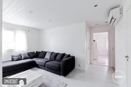 Yläkerran aulatilassa (26m²) ilmalämpöpumppu ja suihkullinen wc 4,2m²