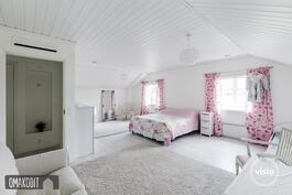 Yläkerran isoin makuuhuone yhdistetty 21m² ja 14m² huoneista