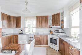 Tilavassa ja valoisassa keittiössä paljon kaappitilaa ja kaksi ikkunaa