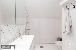 Yläkerran wc:ssä kauniit laatoitukset ja suihku
