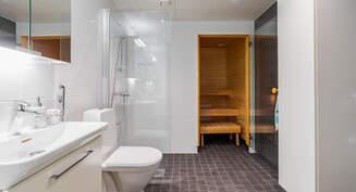 Valokuva asunnon kylpyhuoneesta