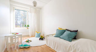 Valokuva asunnon pienestä makuuhuoneesta