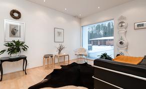 Olohuoneen jatkeella tila, jonka voi erottaa vaikka huoneeksikin