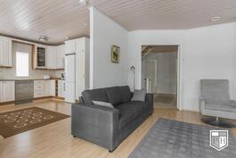 Olohuonetta ja keittiötä erottaa puolipitkä seinä.